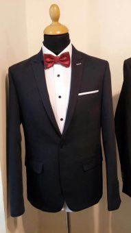 חליפה שחורה עם פפיון בורדו