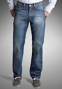 דוגמן מציג מכנסי גינס וחולצת טישירט