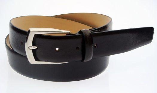 חגורת עור שחורה עם אבזם בהיר