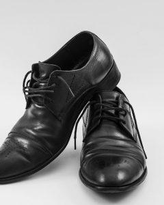 נעלי עור שחורות בתצוגה