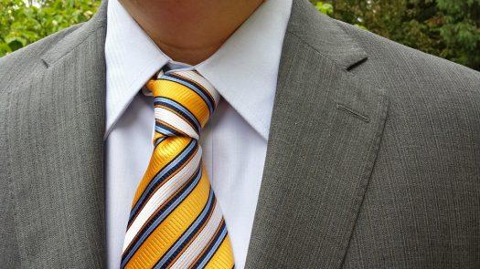 עניבה צהובה עם פסים בהירים