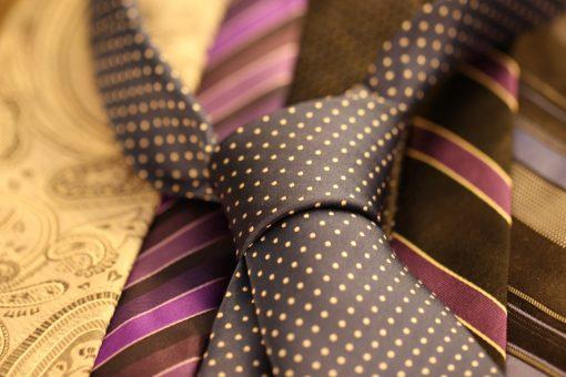 מגוון עניבות בצבעים שונים