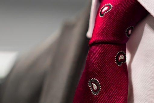 עניבה אדומה מעוטרת