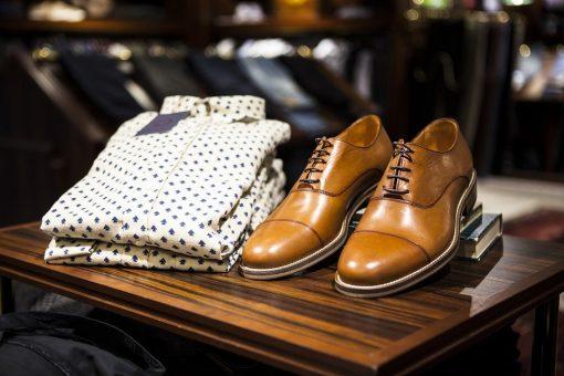 נעלי עור בצבע חום בהיר לצד חולצה מכופתרת