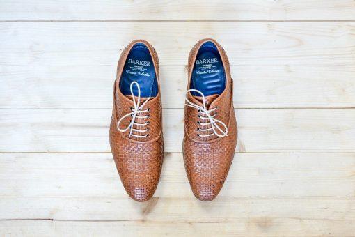 נעלי עור חומות של חברת Barker