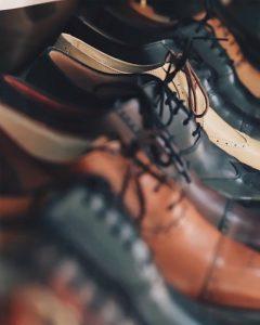 תצוגה של מגוון נעלי עור אלגנטיות