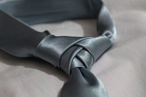 עניבה כהה בצבע אפור פחם