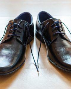 נעלי עור שחורות עם שרוכים פתוחים