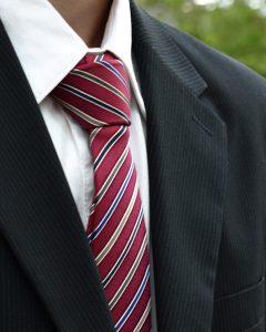 עניבה אדומה עם פסים שחורים ולבנים