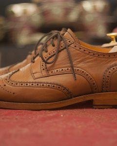 נעלי עור חומות אלגנטיות