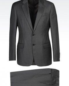 חליפה אפור כהה מעוצבת של Giorgio Armani מבט מלפנים