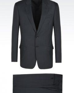 חליפה שחורה מעוצבת של Giorgio Armani מבט מלפנים