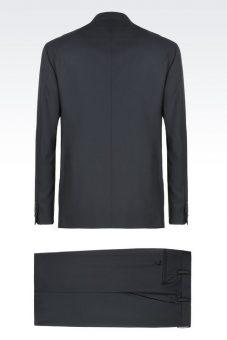 חליפה שחורה מעוצבת של Giorgio Armani מבט מאחור