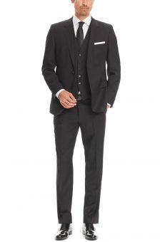 חליפה שחורה מעוצבת של Hugo Boss מבט מלפנים